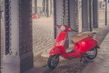 Czerwone motorowery pod mostem w Berlinie, vintage filtr