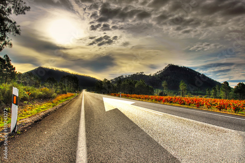 flecha en el asfalto de la carretera