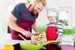 Постер, плакат: Papa und Sohn kochen zusammen ein Familienessen