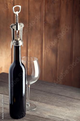butelka-wina-to-korkociag-i-stara-szklanka