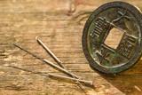 Akupunktur Nadeln mit chinesischer, antiker Münze