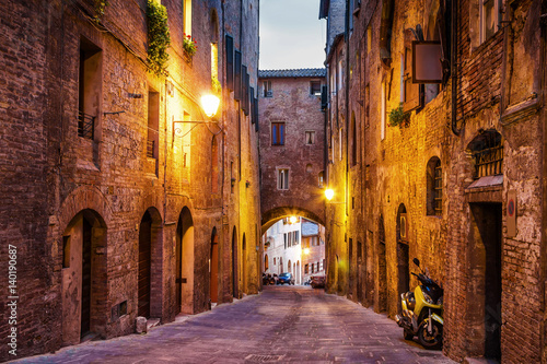 Poster Smal steegje Night old streets in medieval Siena, Tuscany region, Italy.