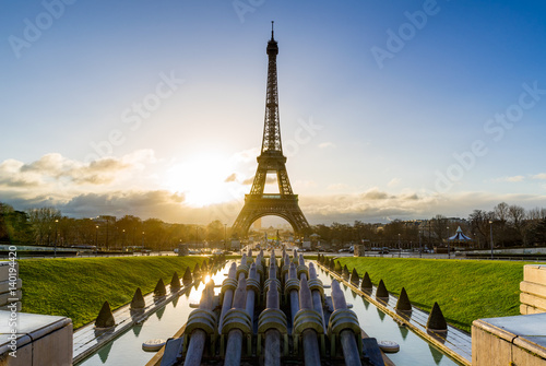 Poster Sunrise on the Eiffel tower and Trocadero. Paris, France