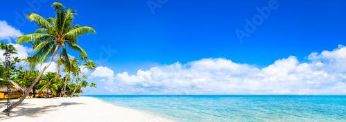 Strand Panorama mit türkisblauem Meer - 140195035