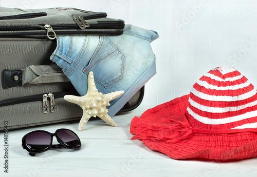 Упаковка вещей в чемодан для путешествия,поездки.