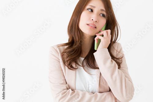 電話をする女性 ビジネス 考える