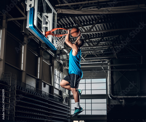 Fotobehang Basketbal Black basketball player in action in a basketball court.