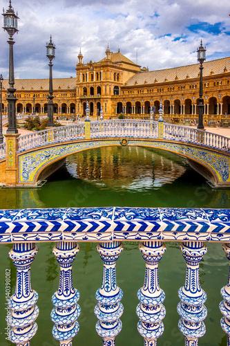 Kunstvoll verzierte Brücken über den Kanal am Palacio Central in Sevilla