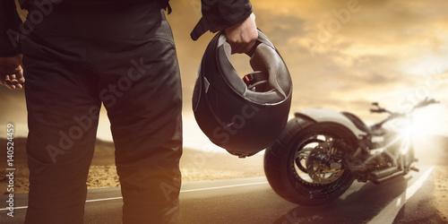 Poster Motorradfahrer steht mit Motorrad auf einer Straße