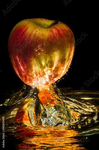 jablka-w-wodzie-z-refleksji-i-splash-na-czarno
