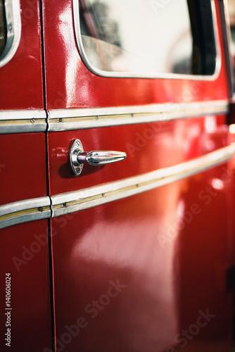 Zakończenie drzwiowa rękojeść stary samochód strażacki.