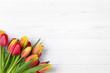 Leinwanddruck Bild - Tulpen auf weißem Holz