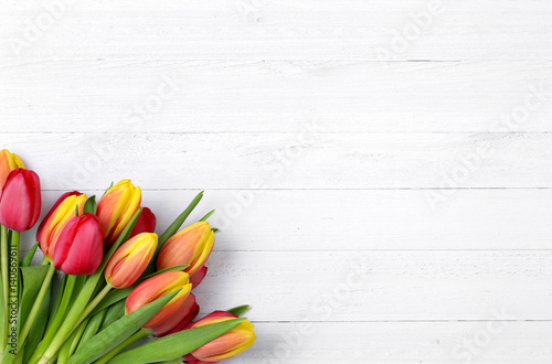 Leinwanddruck Bild Tulpen auf weißem Holz