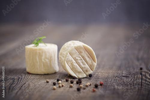 fromage de chèvre sur planche en bois Poster