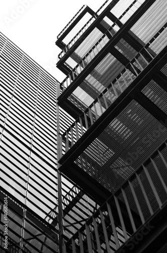 Bâtiment avec escaliers extérieur de secours Poster