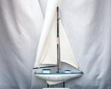 Modell von einem Segelschiff als Dekoration in einem Fenster