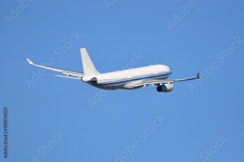 Avión de línea Airbus A330 despegando Poster