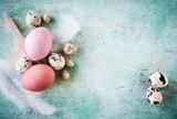 Fototapety Osterkarte - Rustikaler Hintergrund mit bunten Ostereiern und Federn mit Textfreiraum