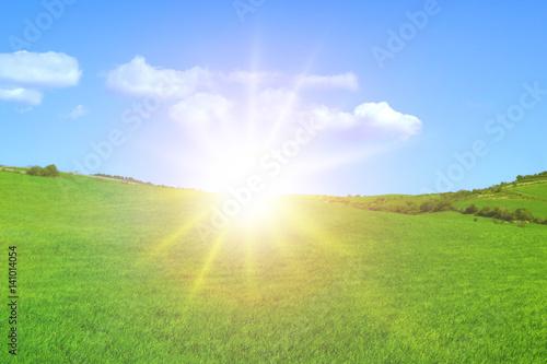 Colline verde sole cielo azzurro