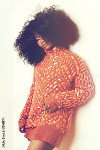 Poster jeune femme noire avec coiffure afro cheveux bouclés style vintage seventies