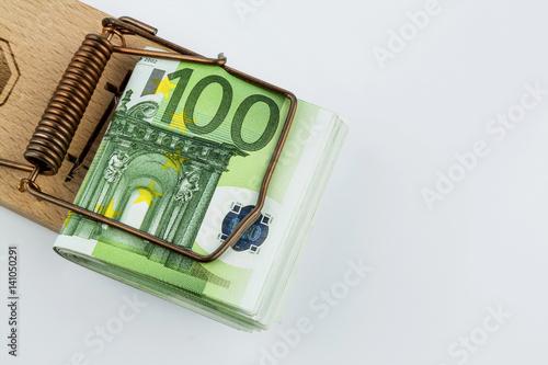 Euro-Geldscheine in Mausefalle - 141050291