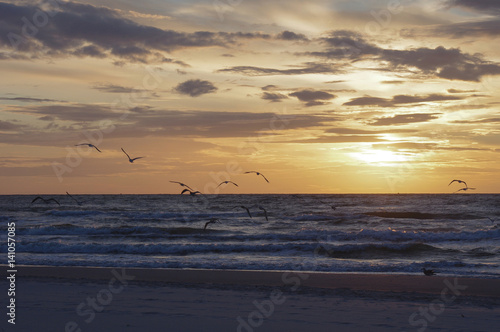 Morze Bałtyckie o zachodzie słońca światła. Polska.