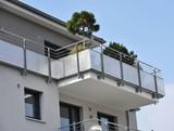 Moderne Balkone mit Edelstahl-Geländer an Hausfront - 141068614
