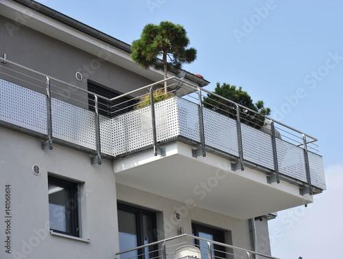 Leinwanddruck Bild Moderne Balkone mit Edelstahl-Geländer an Hausfront