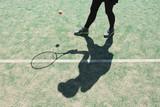 テニスをプレーする女性の影