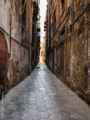 Poster Smal steegje narrow street with stone pavement in Palermo