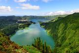 Maravilhosa Lagoa das Sete Cidades nos Açores. Paisagem natural de lago formado em cratera vulcanica. - 141154465