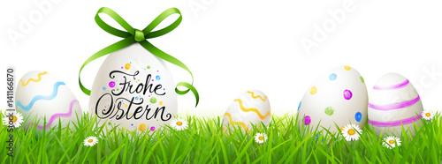 Beschriftetes Osterei mit grüner Schleife, bunt bemalten Ostereiern und Blumenwiese - Frohe Ostern