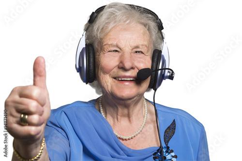 Poster Lustige Seniorin über 80 mit Head Set zeigt Daumen hoch - Freisteller