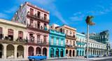 """Die Hauptstraße in Havanna """"Calle Paseo de Marti"""" mit alten restaurierten Häuserfronten und Oldtimer auf der Straße"""