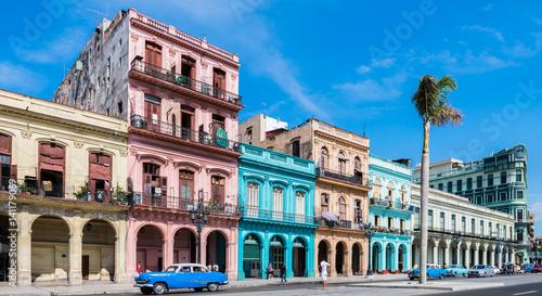 """Spoed canvasdoek 2cm dik Havana Die Hauptstraße in Havanna """"Calle Paseo de Marti"""" mit alten restaurierten Häuserfronten und Oldtimer auf der Straße"""