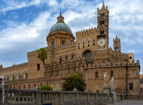 In de dag Palermo View of the the Cathedral of Palermo is an architectural complex in Palermo (Sicily, Italy)