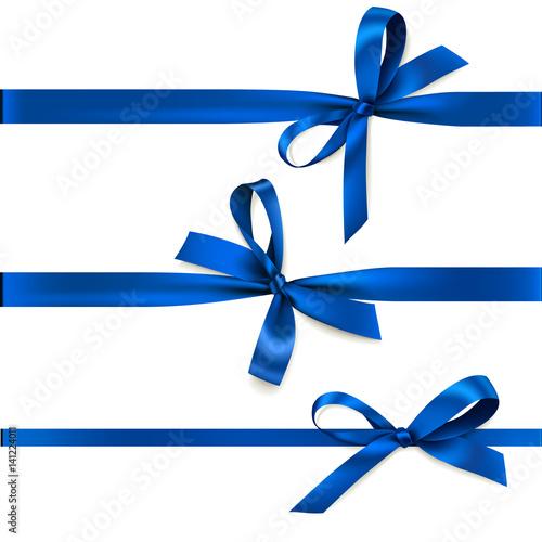Zestaw pięknych ozdobnych kokardek z poziomą wstążką do dekoracji prezentów. Wektorowy błękitny łęk odizolowywający na bielu