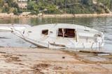 épave de voilier échoué sur la côte de la Seyne-sur-Mer, Toulon, France