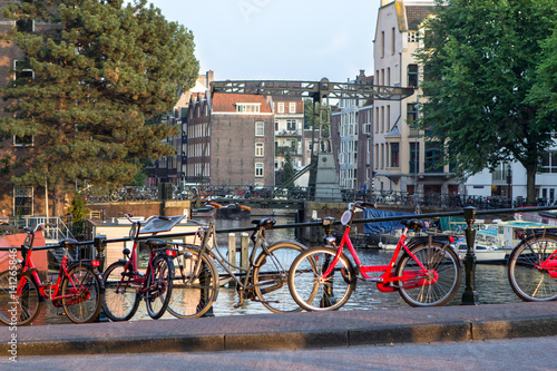 Foto op Aluminium Oude gebouw Amsterdam canal scene with bicycles and bridges