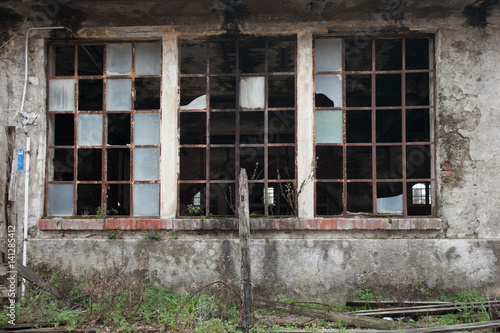 vetrata rotta in una vecchia fabbrica