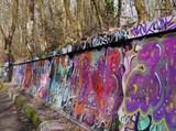 Bunt bemalte Steinmauer im Park