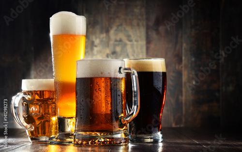 cuatro-vasos-de-cerveza-sobre-fondo-de-madera