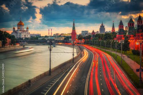 Ruch w nocy w Moskwie w pobliżu Kremla