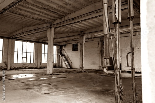 Fototapeta Alte verlassene und verfallende Werkshalle