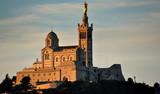 Notre-Dame im Morgenlicht über der Stadt thronend