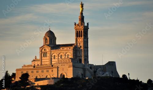 Tuinposter Cathedral Cove Notre-Dame im Morgenlicht über der Stadt thronend