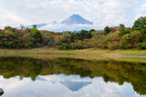 El volcán de Colima reflejado en el lago. - 141444803