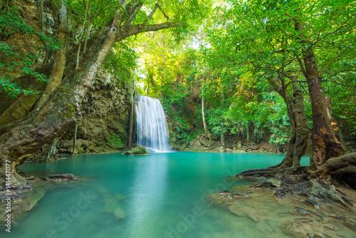 wodospad-w-glebokim-lesie-w-parku-narodowym-erawan-tajlandia