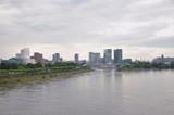 Ciudad con el rio de fondo