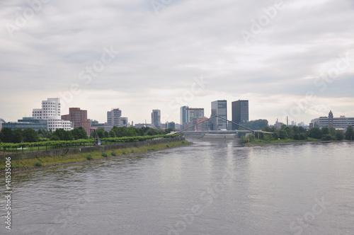 Poster Ciudad con el rio de fondo
